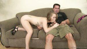 Asseyez-vous sur le canapé avec sa petite amie et tire une pipe avec l'achèvement orale