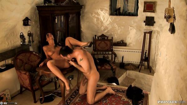 Le sexe anal entre femme soldat et le policier en réserve