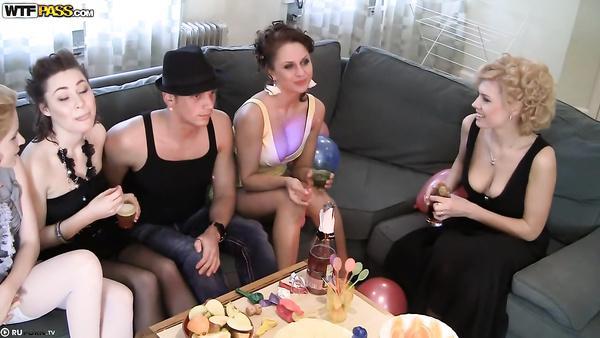 Anniversaire plein de lesbiennes orgie de sexe