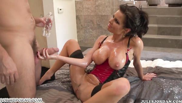 XXX puni actrice porno anale en 2017 pour son cul plein d'huile