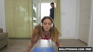 Sexe dans les positions de yoga avec le bodybuilder modèle