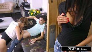 Fanny chiot avec un étudiant qui baise mère et fille
