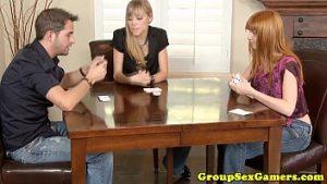 Il perd au poker et doit satisfaire deux nymphes
