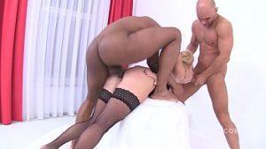 La plaie anale avec le dildo appelle 3 pularos pour un effroi total