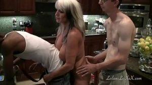Sexe de groupe dans la cuisine avec des femmes matures et jeunes