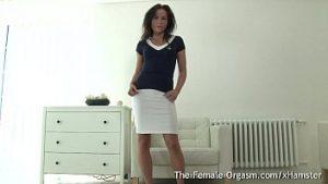 Bombe sexy avec une belle blouse nue sur le canapé