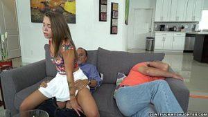 Le père du garçon a des relations sexuelles avec le futur nora qui est la prostituée