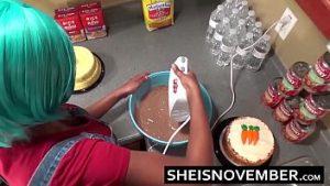 Gâteau de biscuits et le sexe dans la cuisine jusqu'à ce que prêt
