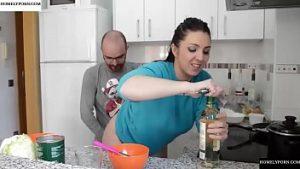 Delia Matache la baise dans la cuisine quand elle cuisine
