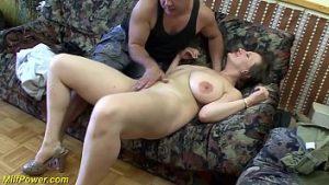 Une femme à la ménopause se sent grosse bite dans le cul et se lève instantanément