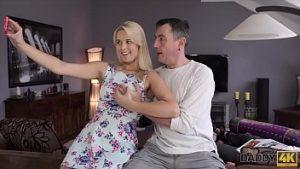 Beloved est un amateur de sexe, et la fille l'essaie sur le signal avec une colombe érigée