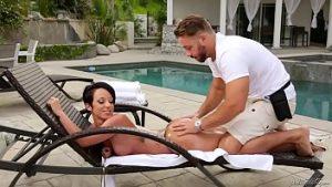 Massage érotique sur gros dollars avec sexe difficile dans la grosse chatte