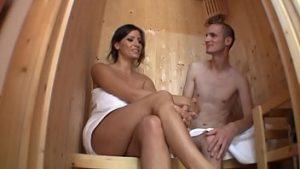 Le sauna de plaisir où la bite suce et serre entre les gros seins