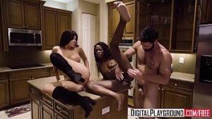 Chérie et maîtresse se battent contre l'homme de la virilité qui accepte le sexe en trois