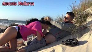 Caché sur la plage sexy babe fait pipe d'un homme heureux pipe