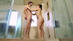 Homme marié avec une grande bite baise un massage brune