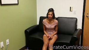 Mulatra innocent à 17 ans fait une vidéo avec une belle masturbation