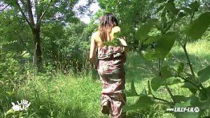 Padurar abuse d'une jeune femme dans les bois et la remplit de sloboz dans sa bouche