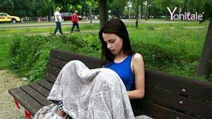 Et Elle A Pris Le Lit Et Se Masturbait Avec Un Vibrateur Dans Le Parc Sur Le Banc