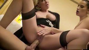 Le camériste lèche avec milfa sexy et est baisée par le service de chambre