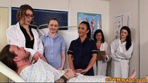 Un Médecin Et Deux Infirmières Offrent Au Patient Une Bouchée Avant La Chirurgie