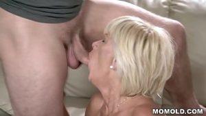Sexe Avec Une Bonne Bite Et L'éjaculation Dans Le Vagin Chaud Et Doux