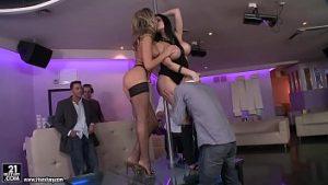 Danser Au Bar Pervers Avec Des Stars Du Porno Et Gigoloi Prêts à Les Baiser