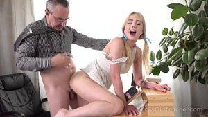 Une Prof Expérimentée A Trompé L'étudiante Blonde Pour Un Jeu De Sexe