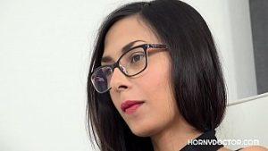 Contrôlé Et Pénétré Par Un Gynécologue Avec Une Grosse Bite Dressée