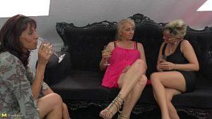 Trois Lesbiennes Matures Boivent Du Champagne Et Se Masturbent En Groupe Sur Le Canapé En Cuir