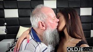 Une Visite à Un Grand-père Où La Belle Brune Est Pénétrée Avec Amour
