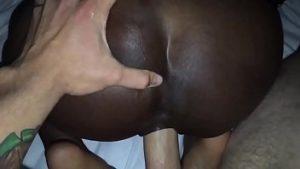 Noir Comme Chocolat Milfa Avec De Grands Pères Et La Tire Brutalement Dans Le Vagin