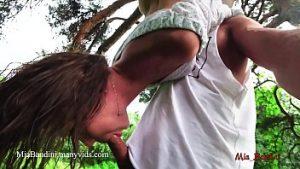 La Fille Acrobate Au Cirque A Des Relations Sexuelles Dans Le Parc Public Sous La Pluie Battante