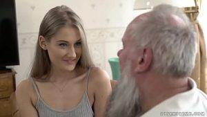 La Belle Jeune Femme Aux Petits Seins Habite La Bite De La Barbe
