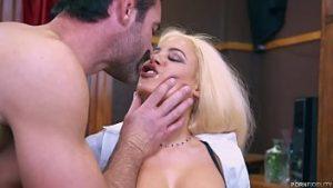 La Blonde Parfaite Abusée Sexuellement Au Bureau Avec De Multiples Orgasmes Et De La Semence Chez Le Bot