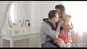 Un Jeune Homme Excité Fait L'amour Sexuel Sans Passion Avec Son Amant Sexy