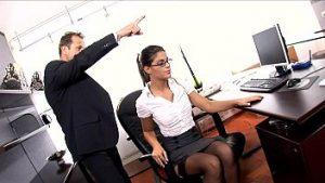 Secrétaire En Jersey Et Lingerie Intime Fait Sexe Dans Le Bureau Avec Le Patron Nerveux