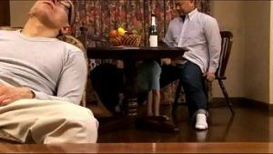La Timide Japonaise Au Bar Souffle Sous La Table Et Est Attachée Dans La Chatte Nue