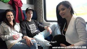 Deux Couples D'étudiants Ont Des Relations Sexuelles Dans Le Compartiment Du Train