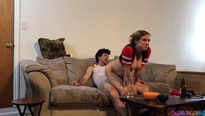 L'homme Regarde Le Football Et Est Baisée Par L'épouse Excitée Erin Electra
