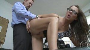 Jasmine Rouge Bunaciune Un Secrétaire Qui Baise Le Patron Dans Le Bureau