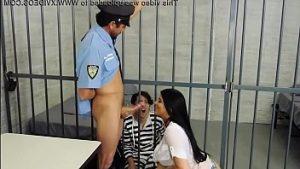 Le Policier A Des Relations Sexuelles Avec Une Brune Torride En Prison