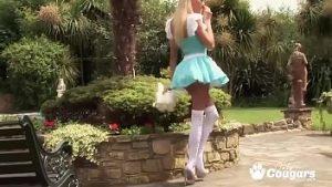 La Chienne Alice Habillée Comme Une Princesse Sexe Dans Le Parc Avec Deux Hommes