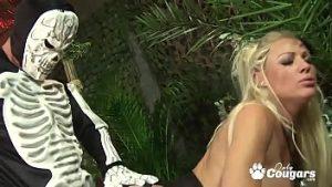 Black Et Blonde Pris En Tribu Et Pénétrés De Cannibales Dotés