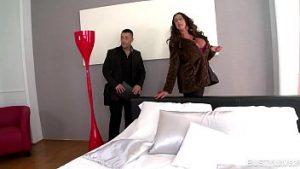 Silicones Sexuelles Matures Dans Le Nouvel Appartement Avec Un Jeune Ami Et Un Peintre Excité