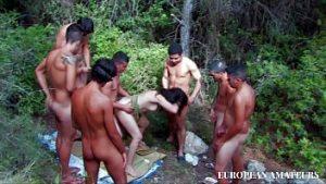 Ravagé Dans Les Bois Et Violé Dans Un Groupe Tribal D'indigènes Avec De Grandes Balles