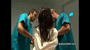 Brune En Force Violée Chemise Dans La Chatte Et Le Cul De L'infirmière