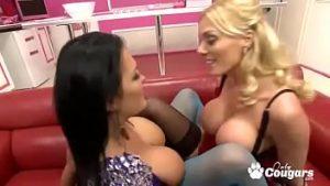 Jasmine Black Et Stacey Saran Aiment Et Lèchent Dans Leur Chatte Rasoir
