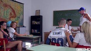 L'enseignant Et Trois étudiants Ont Des Relations Sexuelles Avec Un Homme De Grosse Bite