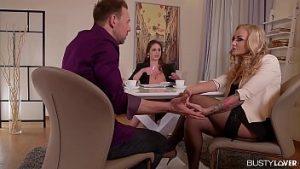 Porno Avec Deux Mamans Adorables Qui Aiment Le Sexe En Trois Avec L'homme
